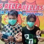 Kedua tersangka beserta barang bukti, saat dirilis petugas di Polsek Jombang Kota.