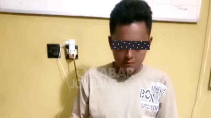 Tersangka pelaku pencurian uang milik mantan juragannya di ATM, saat diamankan di Mapolsek Ngoro, Jombang.