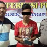 Tersangka beserta barang bukti berupa 40 butir pil doubel L, saat dirilis petugas di Polsek Mojoagung, Jombang.