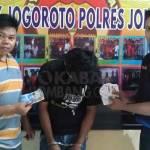 Tersangka beserta barang buktinya, saat dirilis petugas di Mapolsek Jogoroto, Jombang.