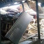 Kondisi truk yang terguling setelah menabrak rumah kosong yang berada di pinggir Jalan Raya Desa Catakgayam, Kecamatan Mojowarno, Jombang.