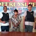 Tersangka saat diamankan di Polsek Ploso, Jombang.