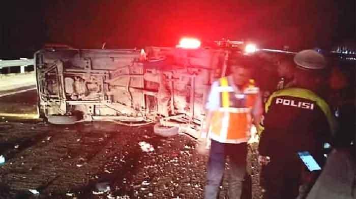 Kondisi mobil pick-up yang terguling di Tol Jombang-Mojokerto KM 676+400, sebelum dievakuasi petugas.