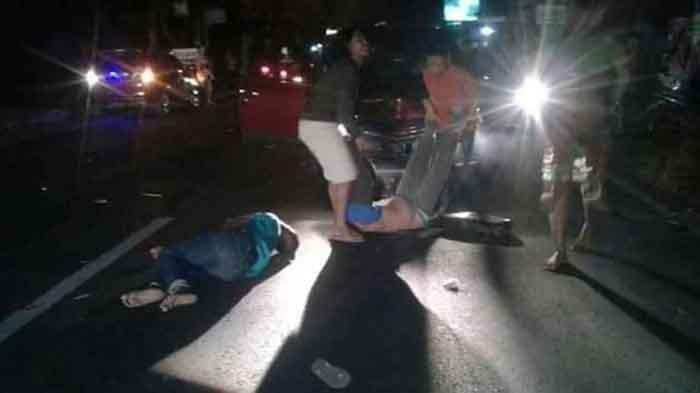 Sejumlah pemuda grup patrol yang menjadi korban ditabrak mobil di Jalan Raya Desa Balongbesuk, Kecamatan Diwek, Jombang, saat dievakuasi warga sekitar.