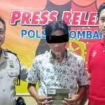 Tersangka beserta barang bukti berupa 1 unit BPKB mobil yang diduga digelapkan, saat dirilis petugas di Polsek Jombang Kota.