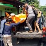Jenazah korban saat dibawa petugas ke RSUD Jombang