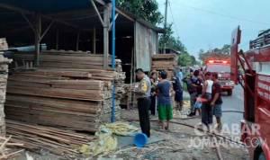 Tempat usaha olahan kayu di peterongan jombang terbakar