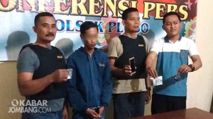 Tersangka saat diamankan di Polsek Ploso Jombang