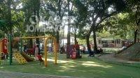 Sejumlah warga bersantai di Taman Kebon Rojo, Jombang pada Jumat (19/6/2020). (dok KabarJombang.com)