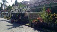 Nampak beberapa orang yang mengantre menunggu panggilan pelayanan di kantor Dispenduk Capil Kabupaten Jombang. KabarJombang.com/Diana Kusuma/