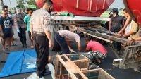 korban saat dievakuasi petugas di jalan raya jombok ngoro jombang