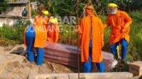 Pemakaman pasien terkonfirmasi positif Covid-19 di makam Pulo Sampurno Jombang.