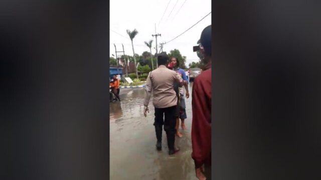 Warga menolak kedatangan Bupati Jombang Mundjidah Wahab saat meninjau banjir di Dusun Beluk, Desa Jombok, Kesamben, Rabu (13/1/2021). KabarJombang,com/Anggraini Dwi/