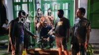 Polisi mengamankan celurit yang dipakai tersangka melakukan penganiayaan dan pengrusakan di Menganto Mojowarno Jombang. Kabarjombang.com/Muji Lestari/