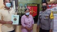 Pelaku penggelapan sertifikat saat diamankan di Polsek Kabuh Jombang. KabarJombang.com/Muji Lestari/