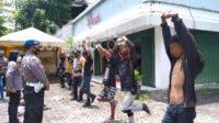 Anak punk dikenakan sanksi berdiri satu kaki di Jalan Wahid Hasyim Jombang, KabarJombang.com/Muji Lestari/