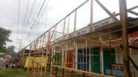 Ruko yang ditutupi dengan bangunan lapak dari kayu di Desa Menganto, Kecamatan Mojowarno, Kabupaten Jombang. (Diana KN).