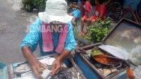 Ateng (85) berjualan permen tradisional gulali dari Mojowarno ke Mojolegi, Kecamatan Mojoagung. Kabarjombang.com/Daniel Eko/