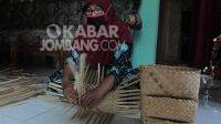 Warga membuat kerajinan anyaman bambu di Dusun Putuk L, Desa Desa Kertorejo, Kecamatan Ngoro, Kabupaten Jombang. KABARJOMBANG.COM/Daniel Eko/