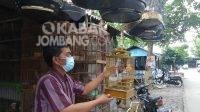 Salah satu penjual burung di Kawasan Pasar Burung Tunggorono Jombang. Senin (22/2/2021). KabarJombang.com/Daniel Eko/