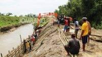 Aktivitas warga gotong royong menutup tanggul sungai Konto yang longsor di Desa Kayen, Bandar Kedungmulyo, Jombang. KabarJombang.com/Muji Lestari/