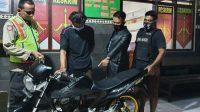 Tersangka diamankan di Polsek Mojowarno, usai melakukan penipuan dengan modus uji coba motor milik warga Cukir. KabarJombang.com/Istimewa/