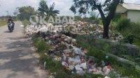 Tumpukan sampah meluber ke tepi jalan di TPA Dusun Kedungsari, Desa Balongsari, Kecamatan Megaluh, Kabupaten Jombang, Minggu (28/3/2021). Kabarjombang.com/Diana Kusuma Negara/