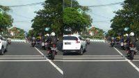 Tangkapan layar konvoi moge melanggar arus lalu lintas di bundaran ringgin contong Kabupaten Jombang yang diunggah akun Facebook Fandi Amirudin, Kamis (11/3/2021).