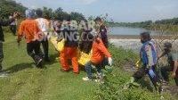 Proses evakuasi mayat tanpa identitas di sungai Bandar Kedungmulyo Kabupaten Jombang, Selasa (23/3/2021). KabarJombang.com/Diana Kusuma Negara/