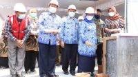 Bupati Jombang Mundjidah Wahab (kedua kanan) meletakan batu pertama pembangunan gedung zona bedah RSUD, Jumat (26/3/2021).