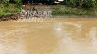 Proses pencarian korban tenggelam oleh warga di sungai gunting Mojoagung. Kamis (25/3/2021). KabarJombang.com/Diana Kusuma/