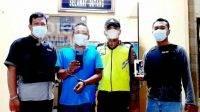 Pelaku pencurian handphone saat diamankan anggota Polsek Perak Kabupaten Jombang. KabarJombang.com/Istimewa/