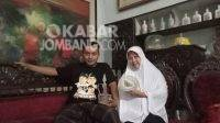 Keluarga Farid Halimi ketika ditemui di kediamannya dan menunjukan barang koleksi kunonya. KabarJombang.com/Daniel Eko/