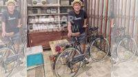 Singgih Purwo dan koleksi sepea onthel kuno buatan Jepang. KabarJombang.com/Diana Kusuma/