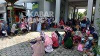 Warga antre pencairan dana BPUM (program bantuan pelaku nasabah mikro) sebesar Rp 1,2 juta pada di BNI Jombang, Rabu (14/4/2021). KabarJombang.com/Diana Kusuma Negara/