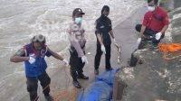 Evakuasi mayat Mr X yang ditemukan tenggelam di dam karet Sungai Brantas Desa Jatimlerek, Kecamatan Plandaan, Kabupaten Jombang, Selasa (6/4/2021). KabarJombang.com/Istimewa/