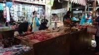 Lapak penjual daging ayam potong di Pasar Pon Kabupaten Jombang. KabarJombang.com/Anggraini Dwi/