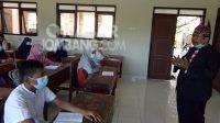 Guru MTs Negeri 1 Jombang mengenakan seragam adat saat mengajar peringati hari Kartini, Rabu (21/4/2021). KabarJombang.com/Diana Kusuma Negara/