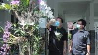 Direktur Utama RSK Mojowarno dr Heri Wibowo, M.Kes bersama Ketua Kagama Orchids Yoppie Khan meninjau penamaan anggrek, Jumat (9/4/2021). KabarJombang.com/ Daniel Eko/