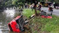 Mobil ayla masuk ke sungai di Tambakberas Jombang, Minggu (18/4/2021). Kabarjombang.com/Diana Kusuma Negara/