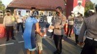 Kapolres Jombang AKBP Agung Setyo Nugroho membagikan takjil gratis ke masyarakat pengguna jalan, Selasa (20/4/2021). Kabarjombang.com/Diana Kusuma Negara/