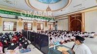 Para santri Ponpes Al-Aqobah saat sedang mengaji kitab digital, Minggu (18/4/2021). Kabarjombang.com/Anggraini Dwi/
