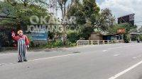 Sutarno (43) menjadi badut jalanan di Jombang, Minggu (18/4/2021). Kabarjombang.com/Anggraini Dwi/