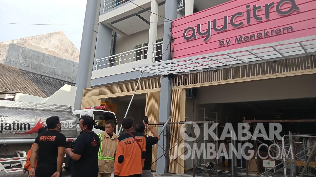 Toko pakaian di jalan Gubernur Suryo nyaris terbakar akibat korsleting listrik, Jumat (9/4/2021). KabarJombang.com/Daniel Eko/
