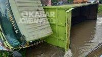 Kecelakaan truk tronton masuk ke sungai di Jalan Raya Perak, Jombang, Jumat (2/4/2021). KabarJombang.com/Istimewa/
