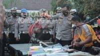 Kapolres Jombang AKBP Agung Setyo Nugroho memusnahkan knalpot brong hasil razia anggota Satlantas, Selasa (27/4/2021). KabarJombang.com/Daniel Eko/