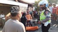 Petugas mengevakuasi korban kecelakaan asal Jombang di Trowulan, Kabupaten Mojokerto. Kelompok Faktual Media/Muhammad Lutfi/