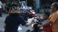 Pemuda GKJW Ngoro Jombang berbagi takjil kepada umat muslim. KabarJombang.com/Daniel Eko/