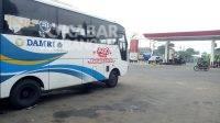Bus DAMRI jurusan Mojoagung-Wonosalam mengetem di SPBU Gambiran. KabarJombang.com/Diana Kusuma/