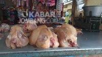 Penjual daging ayam di pasar tradisional Jombang. KabarJombang.com/Daniel Eko/
